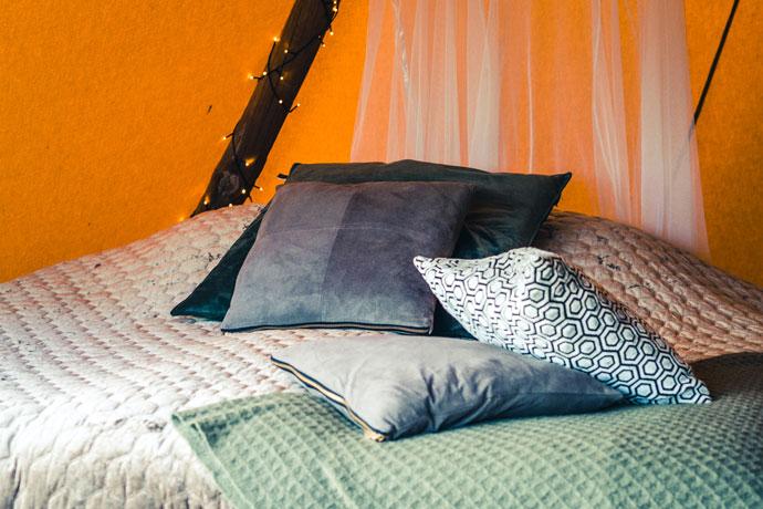 Kussens op bed tijdens Glamping