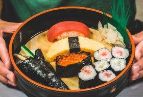 Doen in Tokyo: Leer de kunst van het sushi rollen bij een echte sushi-chef